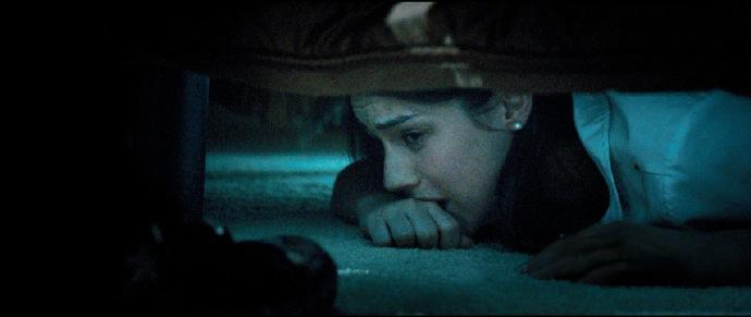 90后女星阿黛莱德·凯恩饰演大女儿,在犯罪者闯入宅邸之后,小美人岌岌可危