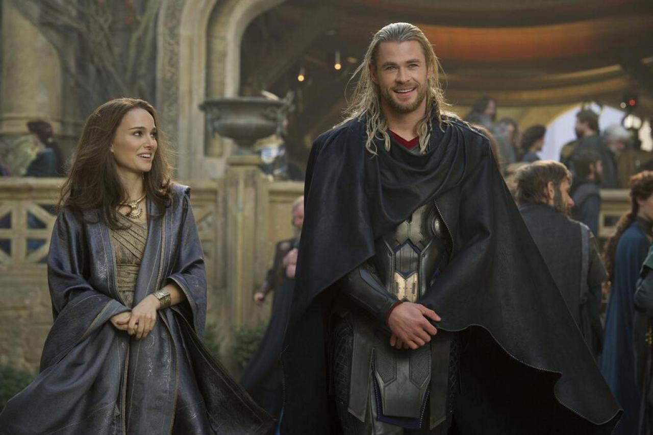 另一张新剧照中,波塔曼和海姆斯沃斯身着阿斯加德服装造型亮相