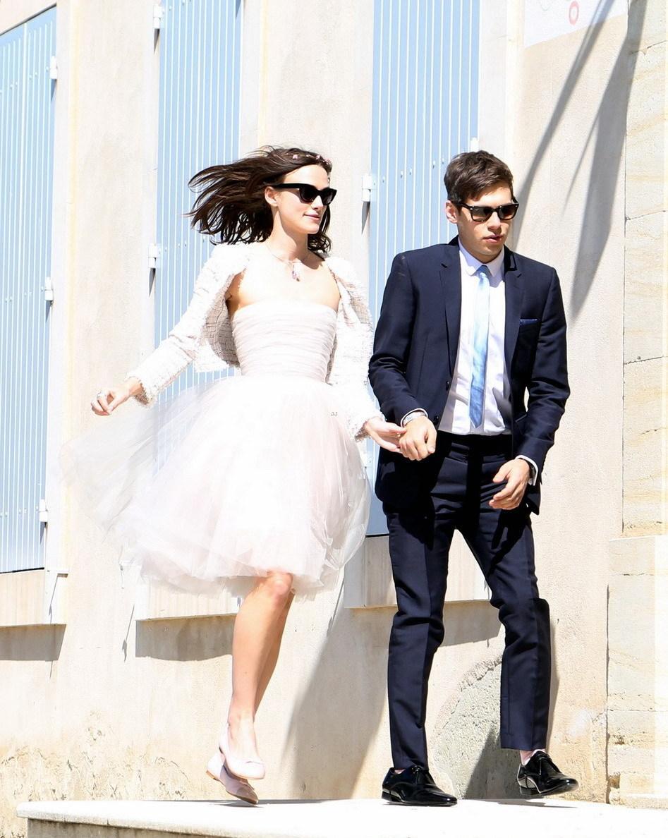 凯拉·奈特莉(Keira Knightley)与男友詹姆斯·莱顿(James Righton)在普罗旺斯低调完婚