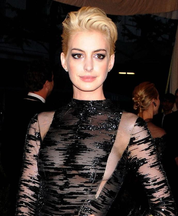 2013MET纽约大都会时尚盛典 安妮·海瑟薇(Anne Hathaway)金发亮相红地毯