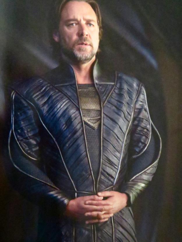 《超人:钢铁之躯》(Man of Steel)曝新照 超人潇洒飞翔克劳穿战袍