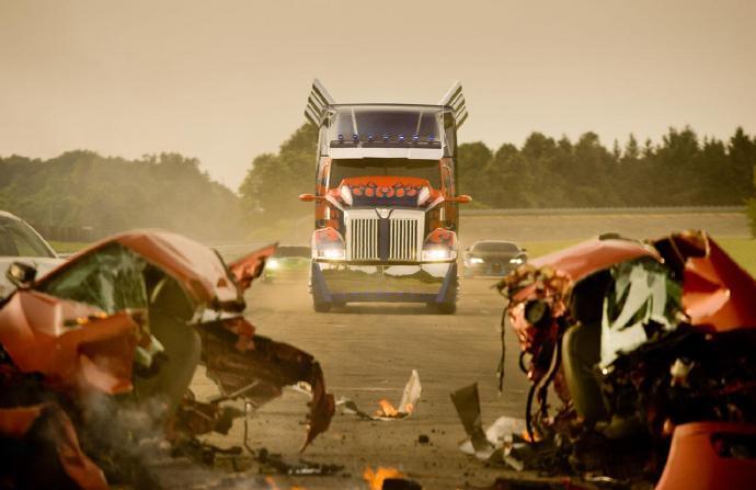 《变形金刚4:绝迹重生》超级碗预告首发 擎天柱骑机器恐龙亮相
