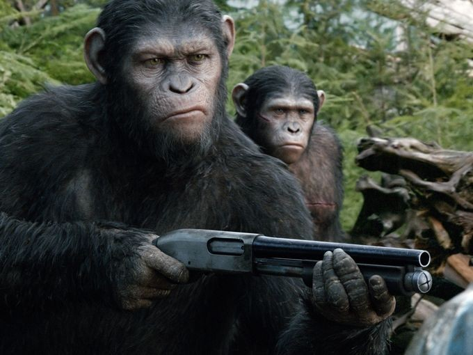 《猩球黎明》曝新照凯撒持枪 加里·奥德曼造型曝光