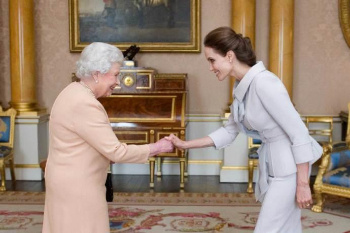 """安吉丽娜朱莉获封""""荣誉爵士""""勋章 接受英女王接见 表彰其对人权工作的努力"""