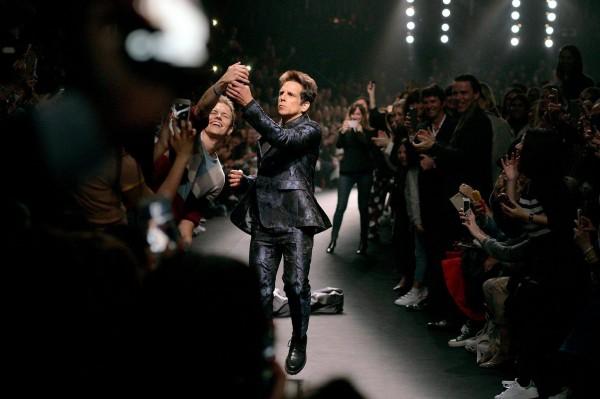 本·斯蒂勒(Ben Stiller)在巴黎时装周 得两张图一起看