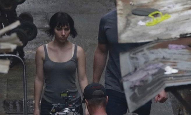 《攻壳机动队》首曝香港片场照 寡姐帅气现身油麻地 与巴特上演对手戏
