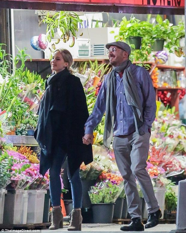 """""""大表姐""""詹妮弗·劳伦斯与《黑天鹅》导演达伦街头热吻 相差21岁的恋情浮出水面"""